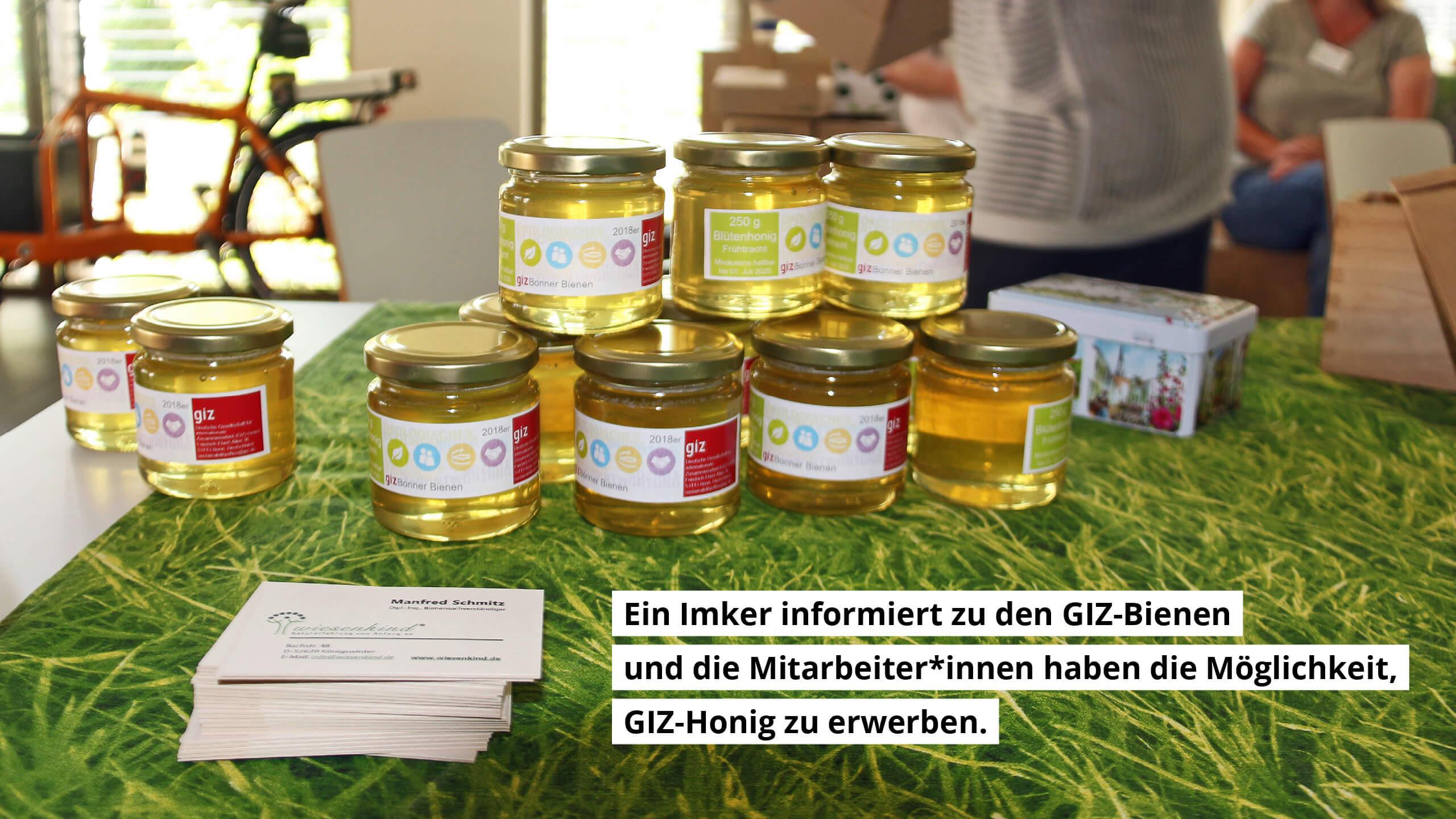Ein Imker informiert über die GIZ-Bienen und die Mitarbeiter*innen haben die Möglichkeit GIZ-Honig zu erwerben.